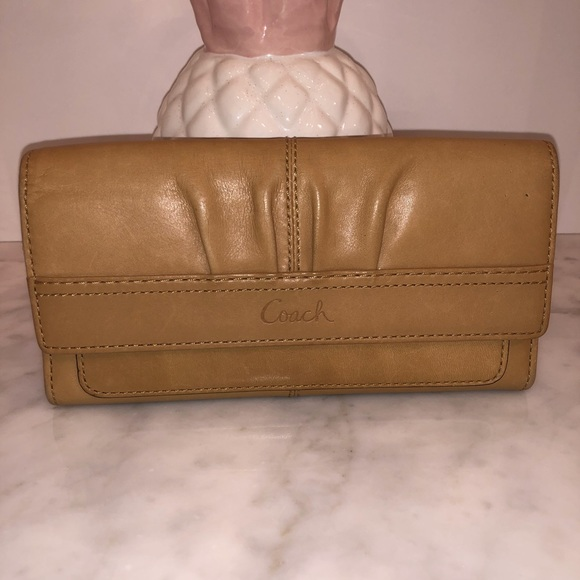 Coach large smooth tan leather wallet excellent 😎